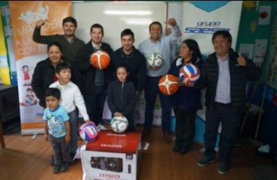 Saesa entrega implementación deportiva y tecnológica a niños de escuelas rurales